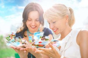 Zwei Frauen beim Betrachten von Fotos auf Social Media