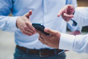 People bonding over phone, Example for Employer Branding