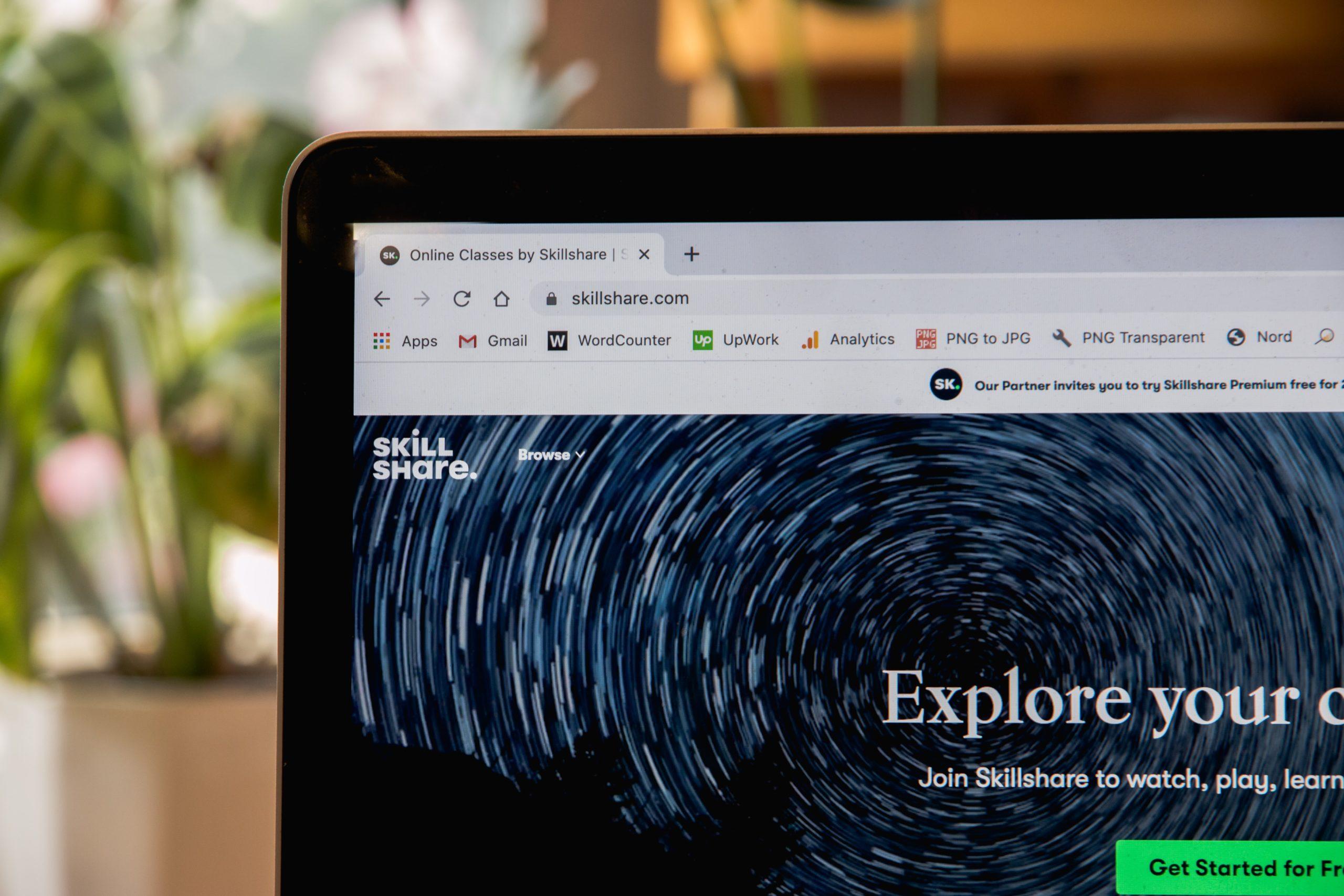 Laptop mit der Skillshare Homepage